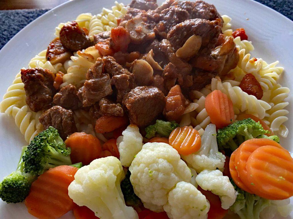 Rindsgulasch mit Karotten und Nudeln