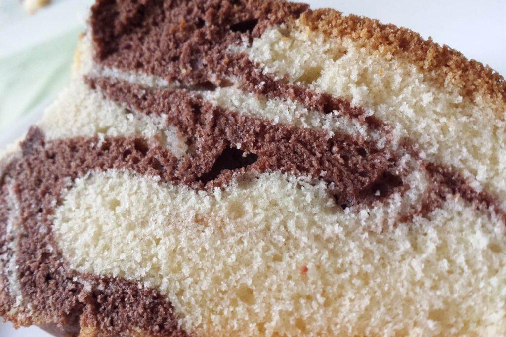 Kuchenstück von einem veganen Marmorkuchen