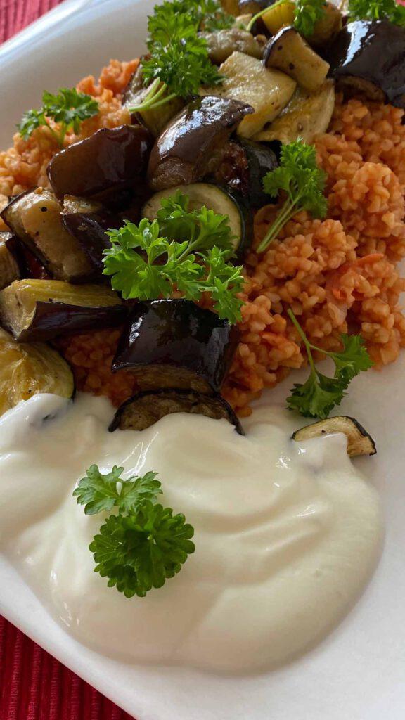 Bulgur mit Tomaten und Gemüse und Joghurt