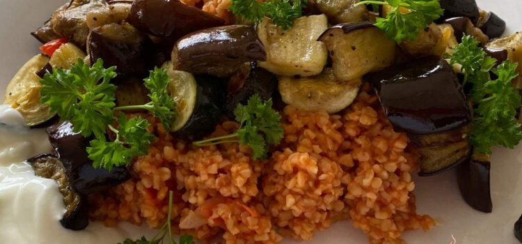 Bulgur mit Tomaten Gemüse und Joghurt