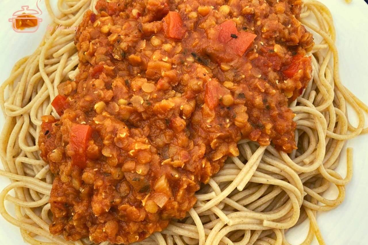 Spaghetti mit veganer Linsenbolognese