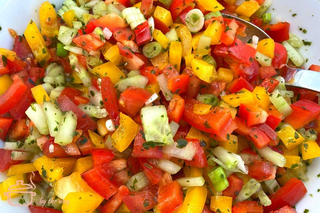 bunter sommerlicher salat mit logo