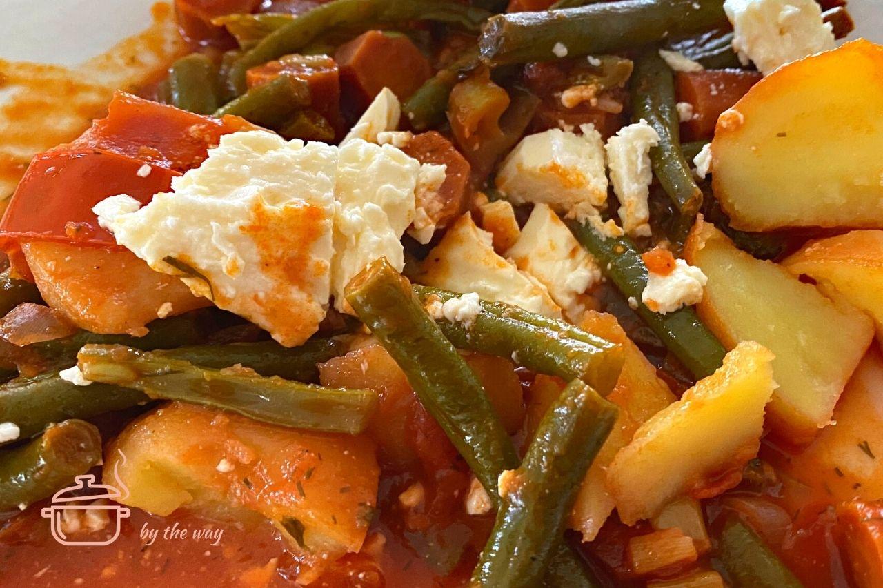 Grüne Bohnen nach griechischer ArtFassolakia mit Käse