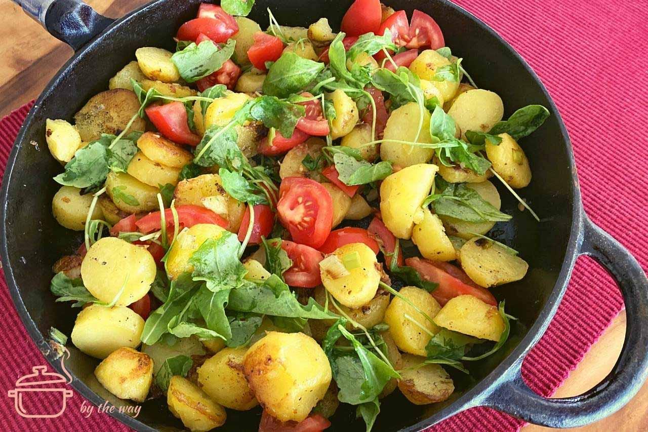 Kartoffelpfanne mit Tomaten und Rucola