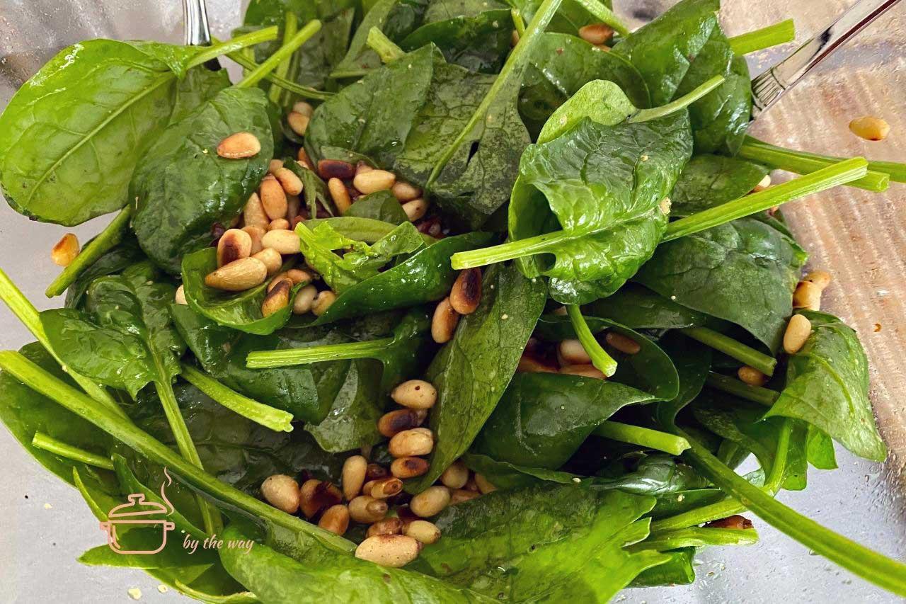 Baby Spinat Salat mit Pinienkernen