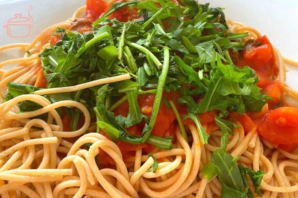 Spaghetti auf Rucola und Tomaten Logo