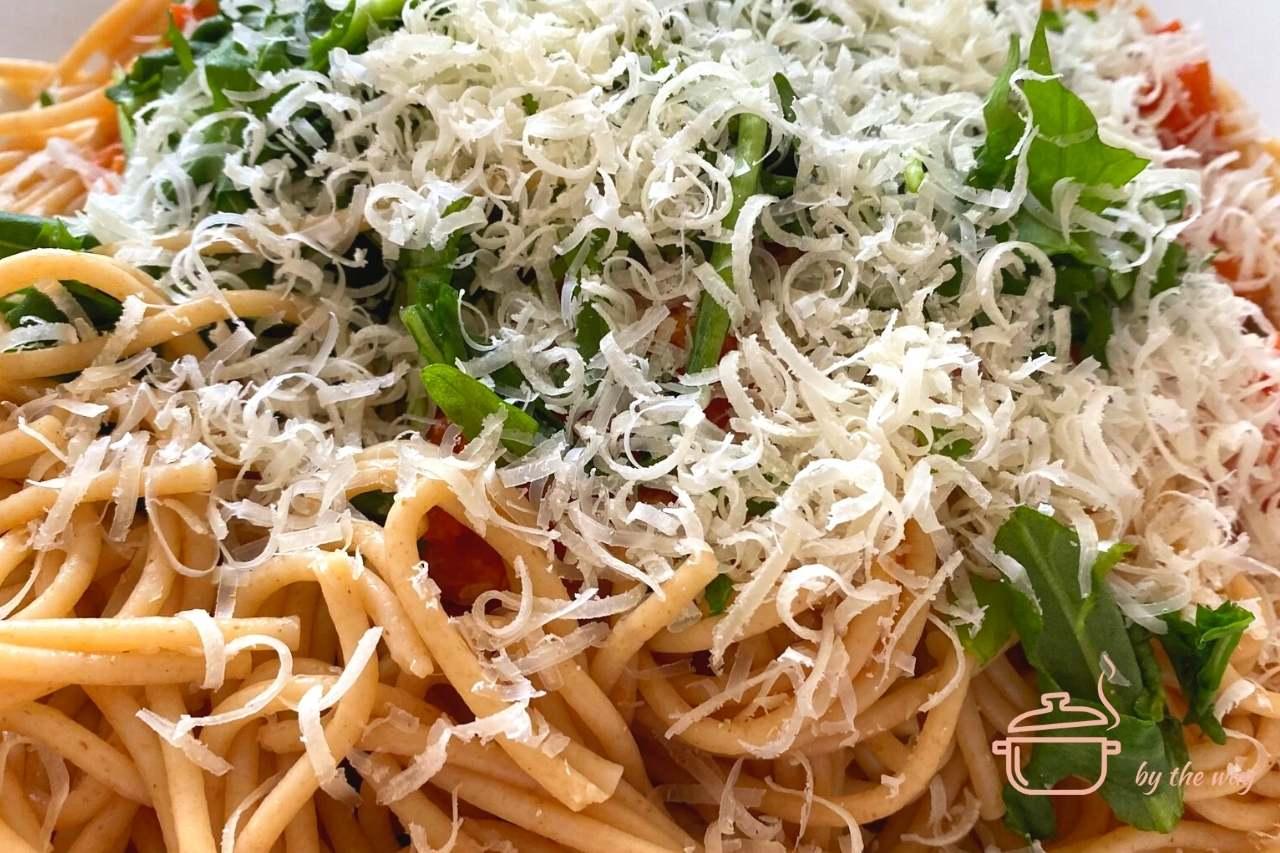 Spaghetti auf Rucola und Tomaten mit Parmesan