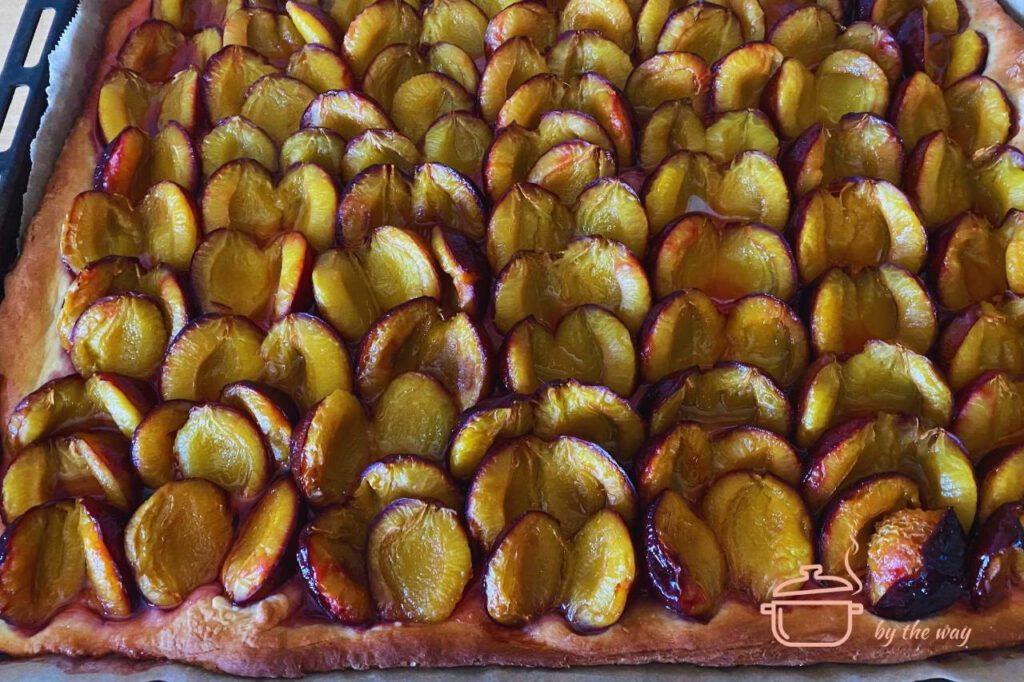 Zwetschgenkuchen fertig frisch aus dem Ofen